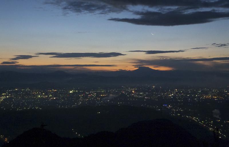 明王山山頂から東の空に三日月を見る